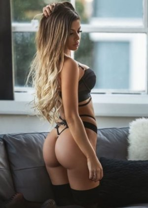 Karolina escorts